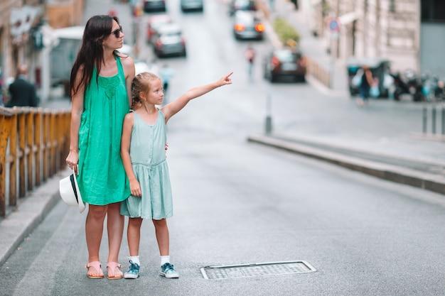 Szczęśliwa mama i mała urocza dziewczyna podróżuje w rzym, włochy