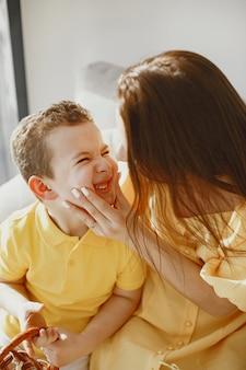 Szczęśliwa mama i syn. przygotowania do wielkanocy. wakacje z rodziną