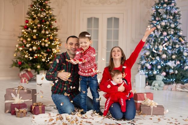 Szczęśliwa mama, tata i dzieci na boże narodzenie