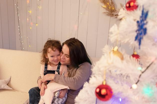 Szczęśliwa mama z córką na boże narodzenie