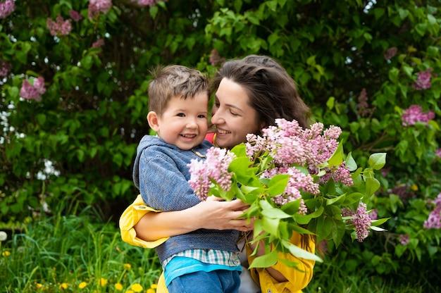Szczęśliwa mama z dzieckiem z kwiatami.