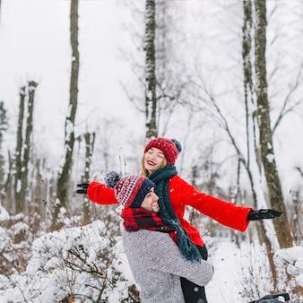 Szczęśliwa marzy para w zima lesie