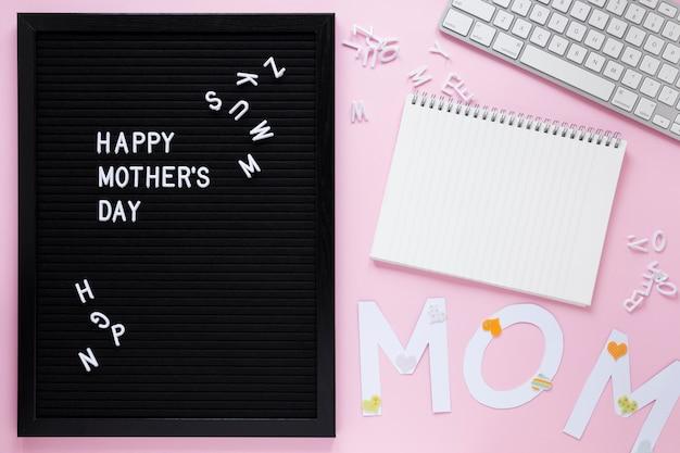 Szczęśliwa matka dnia inskrypcja na pokładzie z notatnikiem