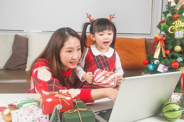Szczęśliwa Matka I Córeczka Dekorowanie Choinki I Prezentów W Domu Darmowe Zdjęcia