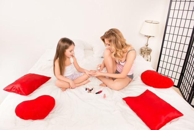 Szczęśliwa matka i córeczka o dziewczęcym czasie