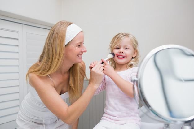 Szczęśliwa Matka I Córka Gra Z Tworzą Premium Zdjęcia