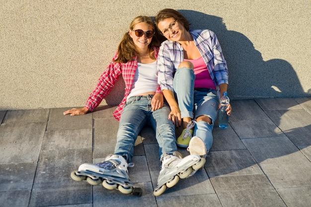 Szczęśliwa matka i córka nastolatka rozmawia na zewnątrz