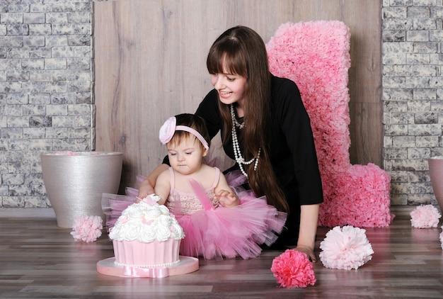 Szczęśliwa matka i córka obchodzi pierwsze urodziny.