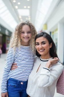 Szczęśliwa matka i córka w zakupy centrum handlowym