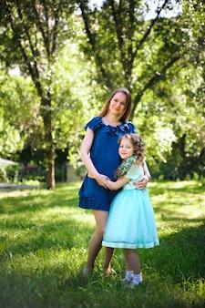 Szczęśliwa matka i córka wpólnie outdoors w parku