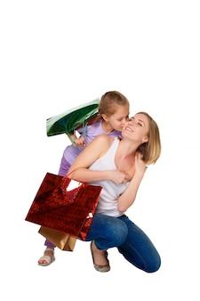 Szczęśliwa matka i córka z torbami na zakupy