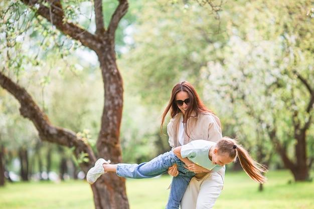 Szczęśliwa matka i jej córka, zabawy na świeżym powietrzu w parku