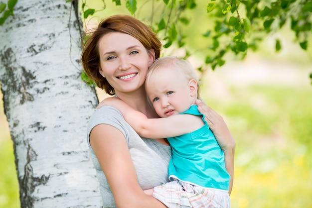 Szczęśliwa matka i syn malucha w polu