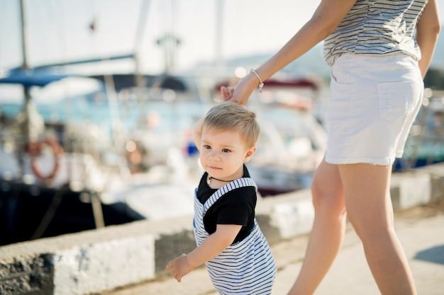 Szczęśliwa matka i syn na tle jachtu morskiego