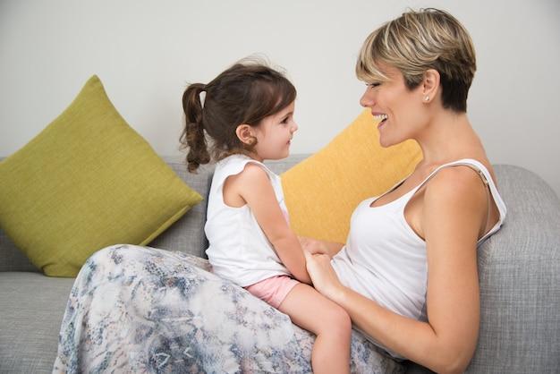 Szczęśliwa matka korzystających z komunikacji z córką