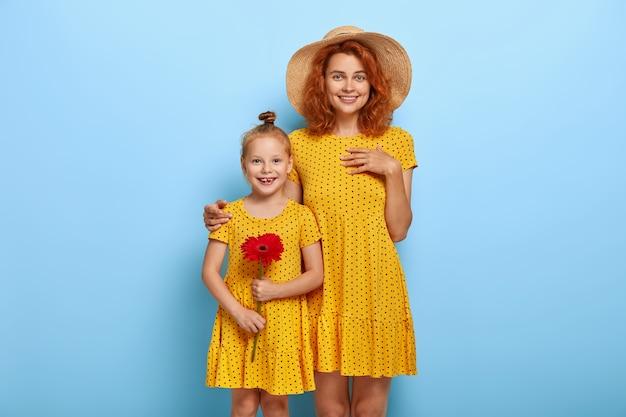 Szczęśliwa matka obejmuje urocze dziecko płci żeńskiej