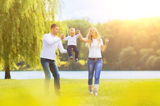 Szczęśliwa matka, ojciec i syn wychodzą na spacer