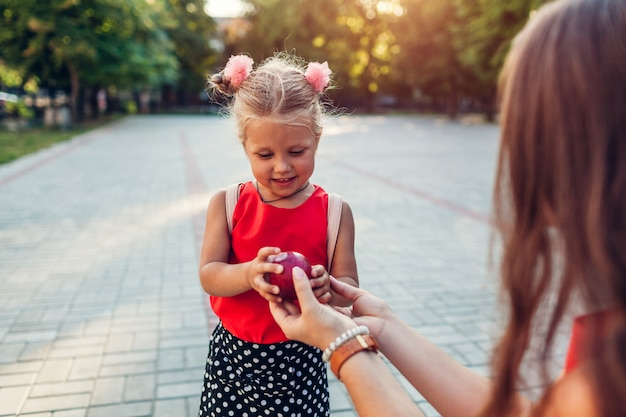 Szczęśliwa matka poznała córkę po zajęciach w szkole podstawowej.