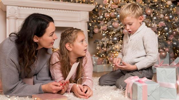 Szczęśliwa matka spędza czas z dziećmi na boże narodzenie