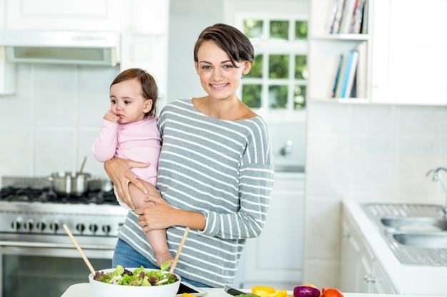 Szczęśliwa matka z chłopcem przez blat kuchenny