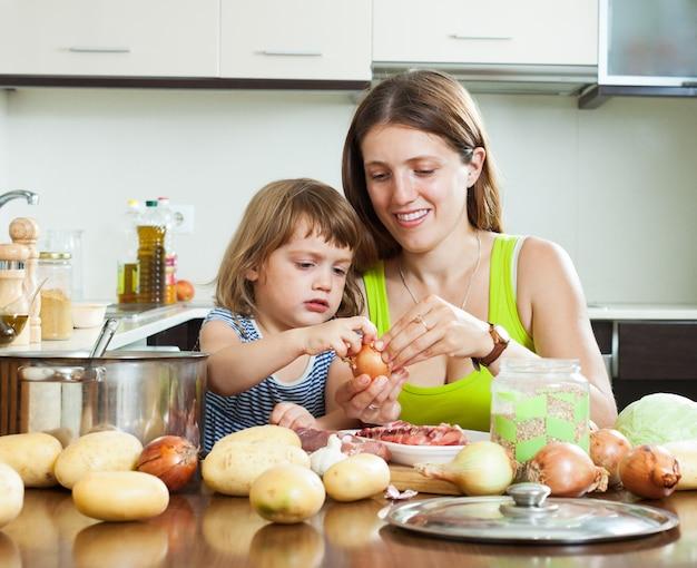 Szczęśliwa matka z córką gotowania