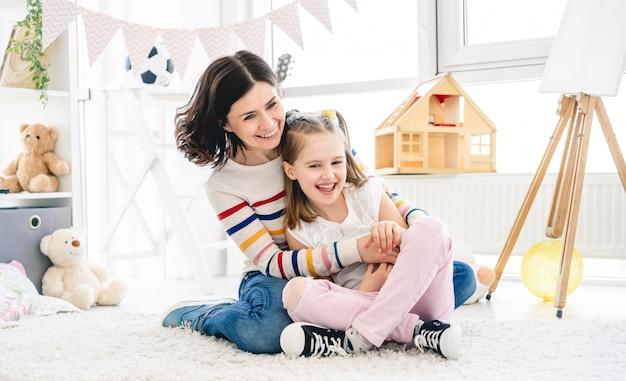 Szczęśliwa matka z córką ma zabawę