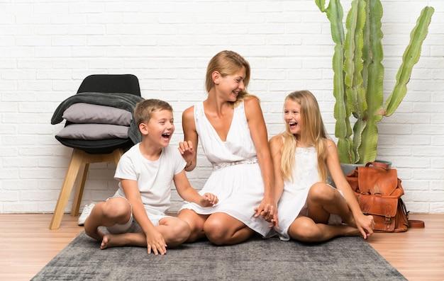 Szczęśliwa matka z dwójką dzieci w pomieszczeniu