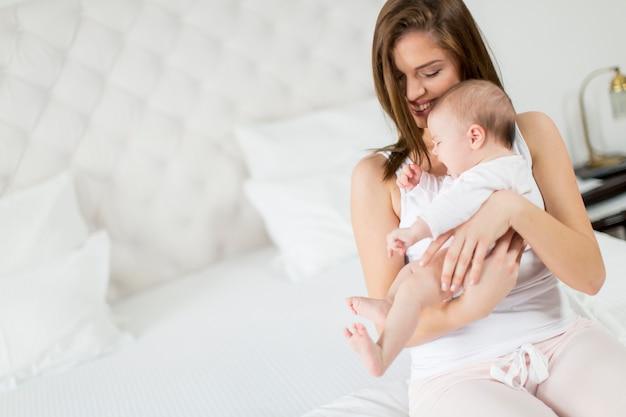 Szczęśliwa matka z dzieckiem w domu