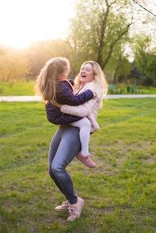 Szczęśliwa matka z dzieckiem w przyrodzie