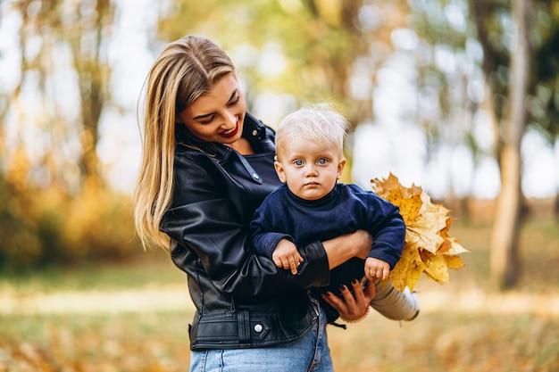 Szczęśliwa matka z małym synkiem, zabawy w parku
