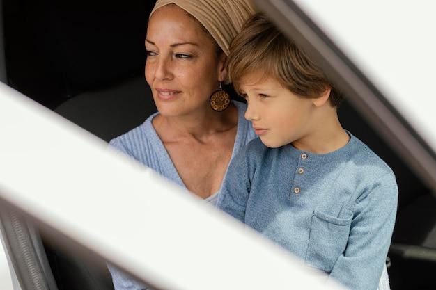 Szczęśliwa matka z synem w podróży samochodem