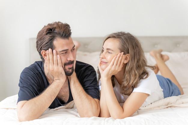 Szczęśliwa miłość para uśmiecha się