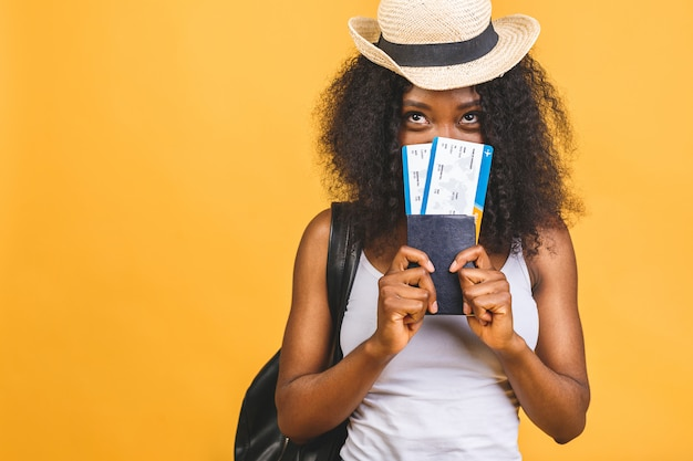 Szczęśliwa młoda afroamerykanin czarna kobieta z biletów lotniczych