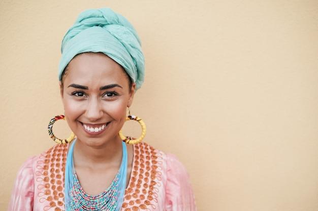 Szczęśliwa młoda afrykańska kobieta uśmiecha się do kamery