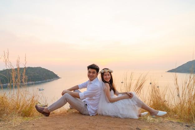 Szczęśliwa młoda azjatycka para w miłości ma dobry czas