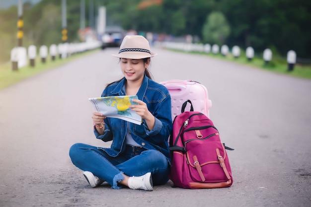 Szczęśliwa młoda azjatykcia dziewczyna przy kang kra chan parkiem narodowym tajlandia