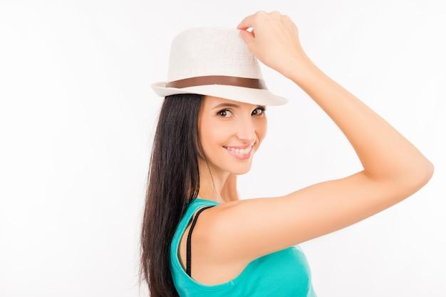Szczęśliwa młoda azjatykcia kobieta uśmiecha się z kapeluszem