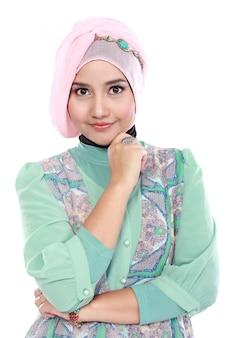 Szczęśliwa młoda azjatykcia muzułmańska kobieta w akci
