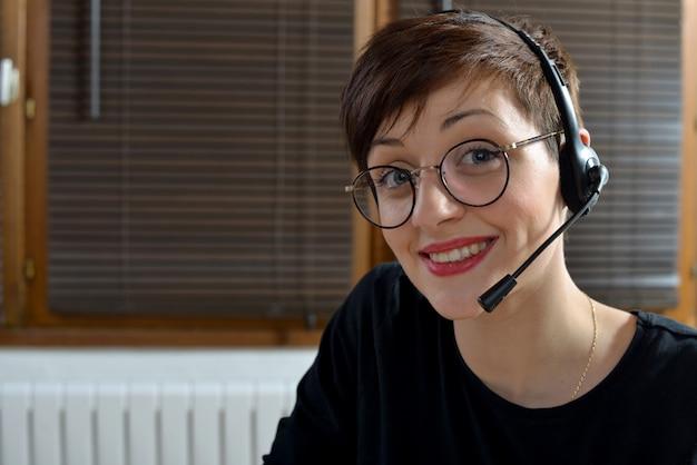 Szczęśliwa młoda bizneswoman