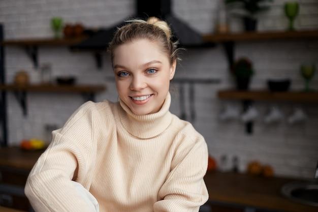 Szczęśliwa młoda blogerka kulinarna siedzi w domu i nagrywa vlog na seminarium internetowym w aplikacji, widok z kamery internetowej. wysokiej jakości zdjęcie