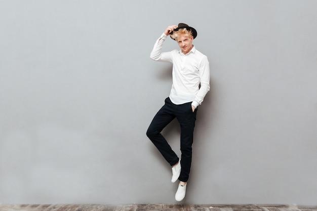 Szczęśliwa młoda caucasian mężczyzna pozycja odizolowywająca