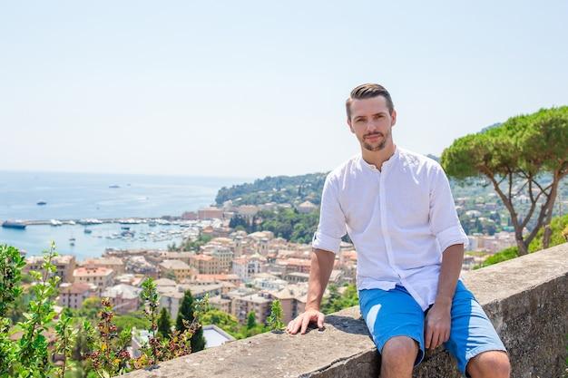 Szczęśliwa młoda chłopiec w starym miasteczku przybrzeżnym rapallo w liguria