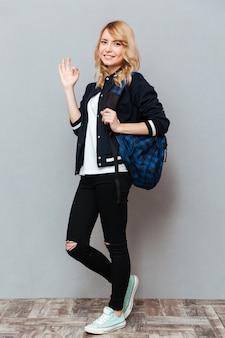 Szczęśliwa młoda dama z plecakiem