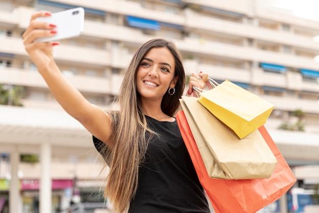 Szczęśliwa młoda dziewczyna bierze selfie