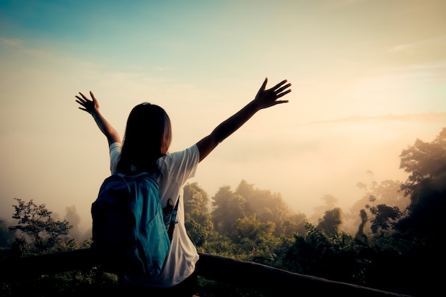 Szczęśliwa młoda dziewczyna cieszyć backpacking.feel odświeżony i energetyzować swoje życie.