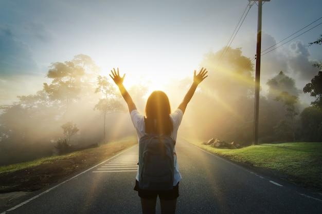 Szczęśliwa młoda dziewczyna cieszyć backpacking. odświeżony i energetyzujący twoje życie.