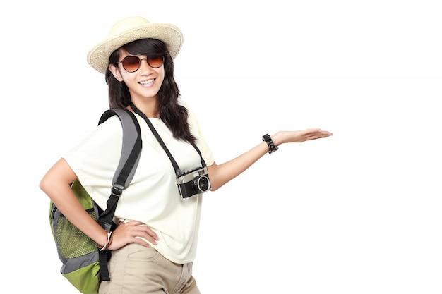 Szczęśliwa młoda dziewczyna iść na wakacje