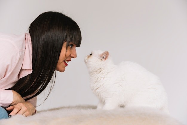 Szczęśliwa młoda dziewczyna pozuje z jej kotem