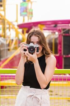 Szczęśliwa młoda dziewczyna w parku rozrywki