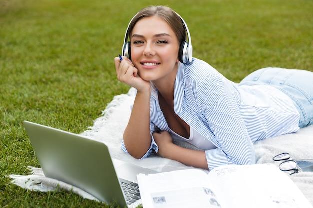 Szczęśliwa młoda dziewczyna w słuchawkach